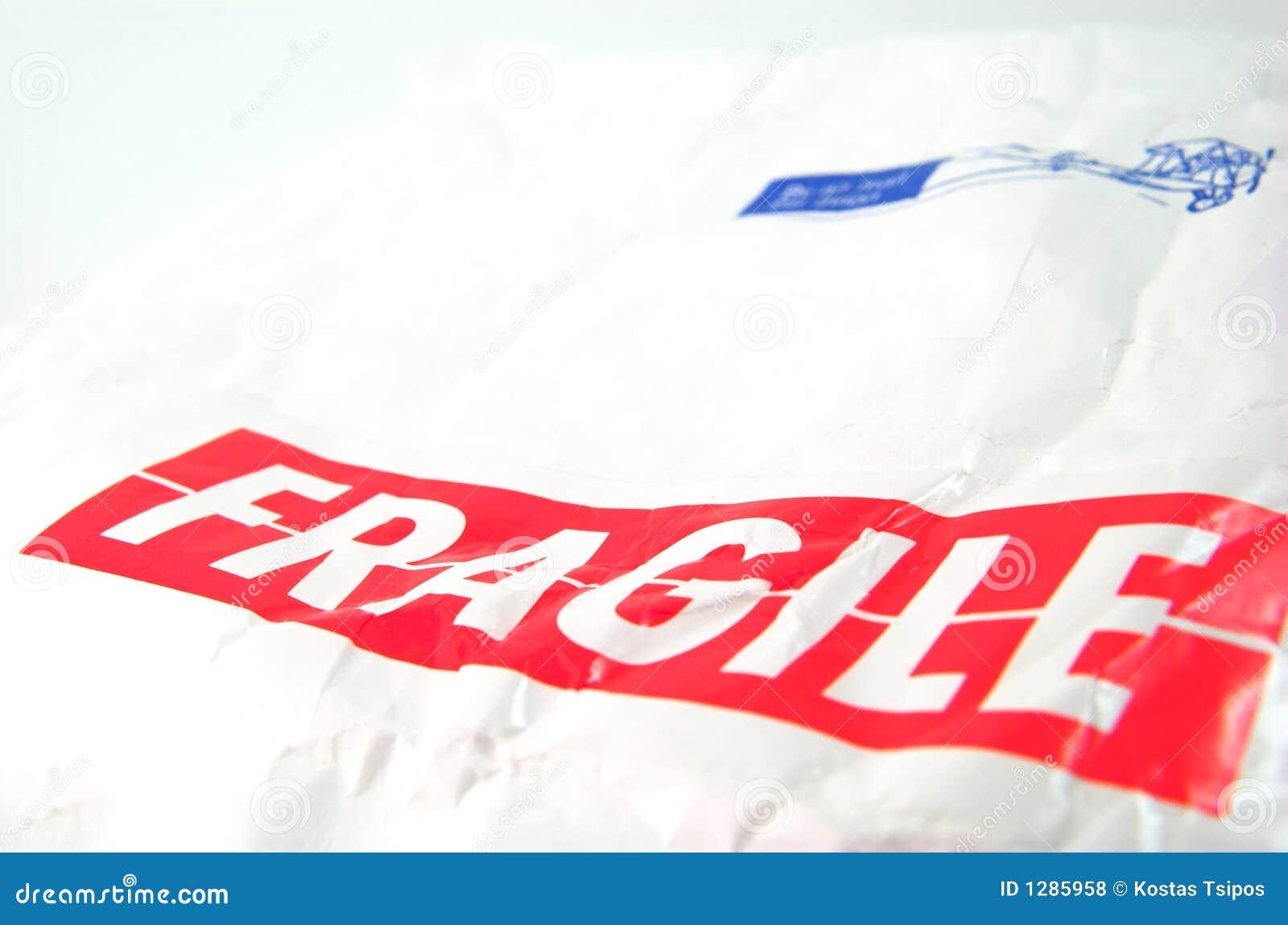 Tag frágil e envelope branco velho