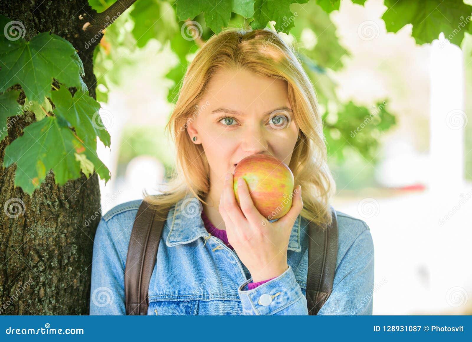 Tagandeminut som ska kopplas av Avbrott för mellanmål Studenten äter defocused bakgrund för äpplefruktnaturen sunt mellanmål Flic