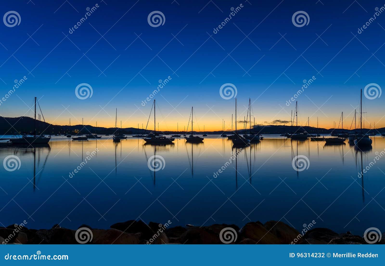 Tagesanbruch waterscape über der Bucht mit Booten