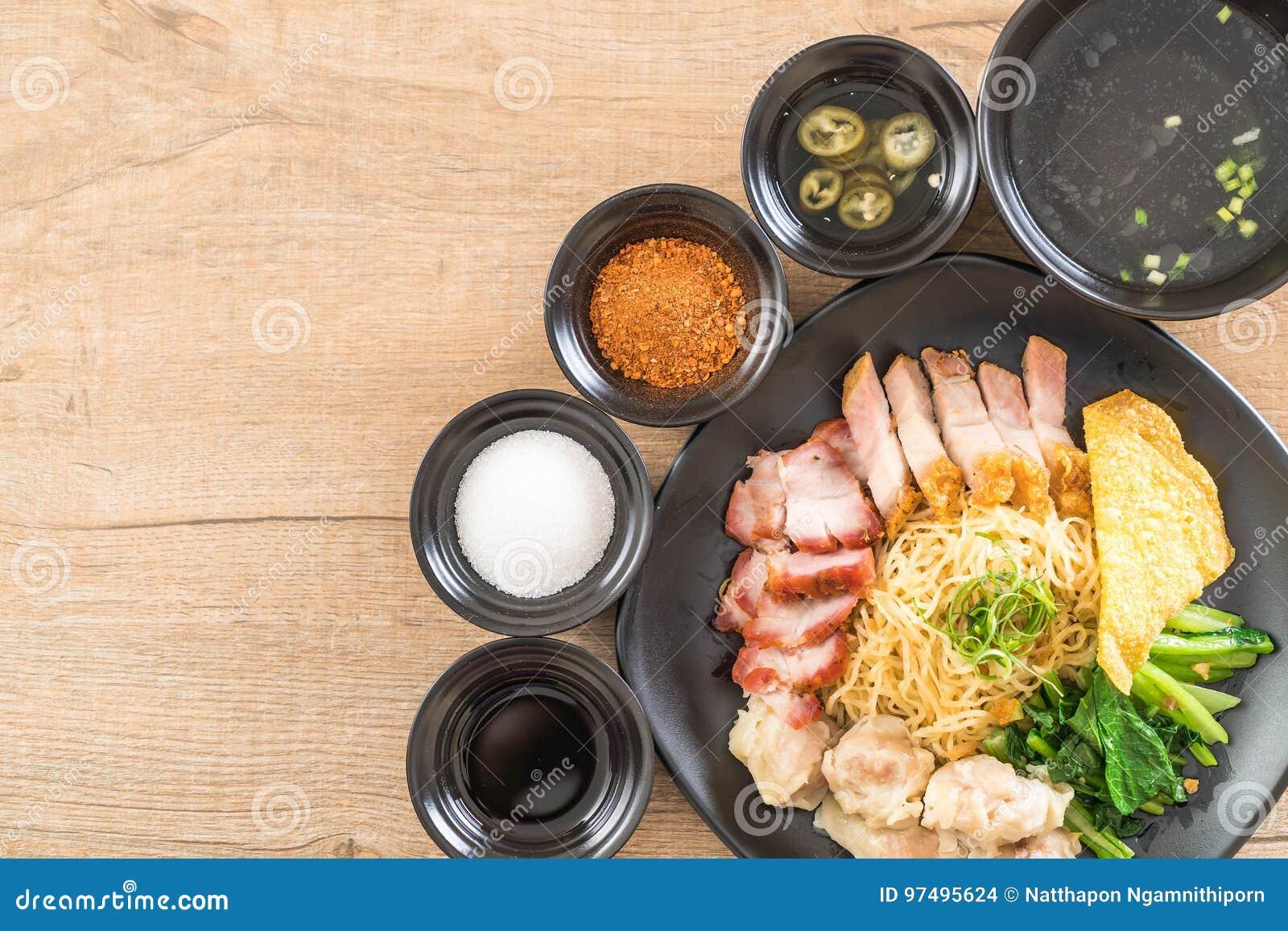 Tagliatella dell uovo con l arrosto di maiale rosso, la carne di maiale croccante, gli gnocchi e la minestra