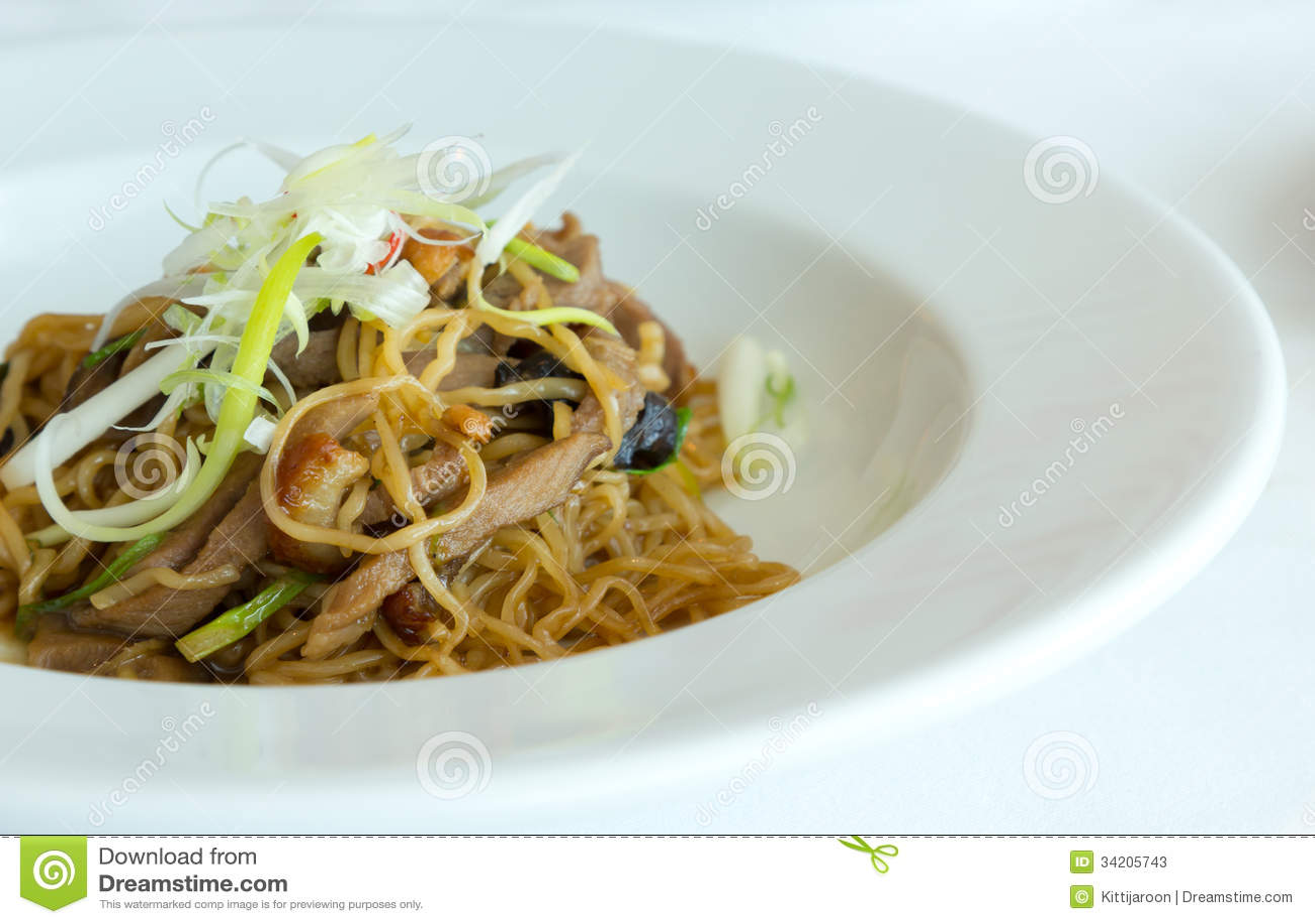 Tagliatella fritta con la salsa dell aliotide e l anatra del BBQ sul piatto bianco