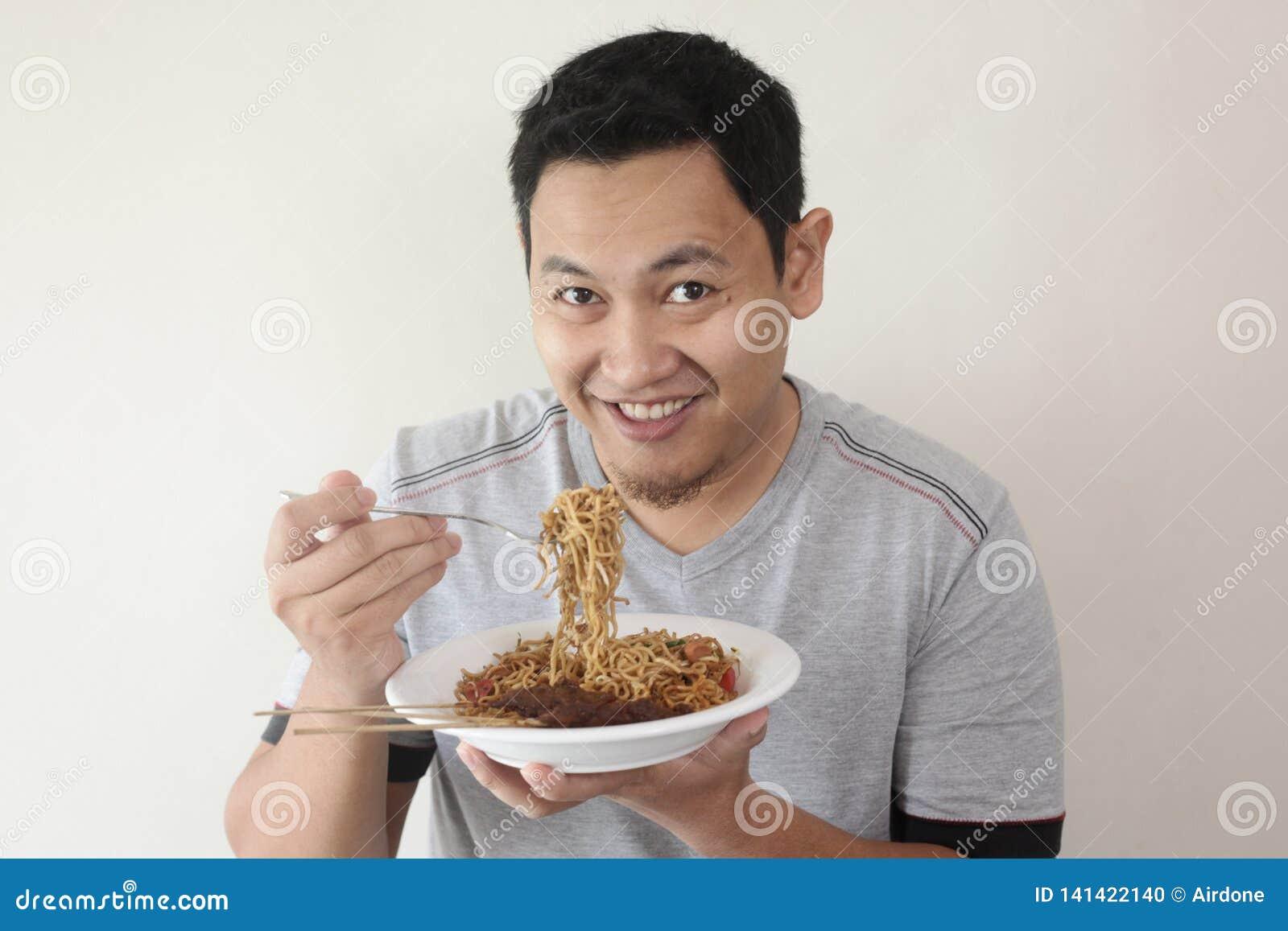 Tagliatella mangiatrice di uomini asiatica felice