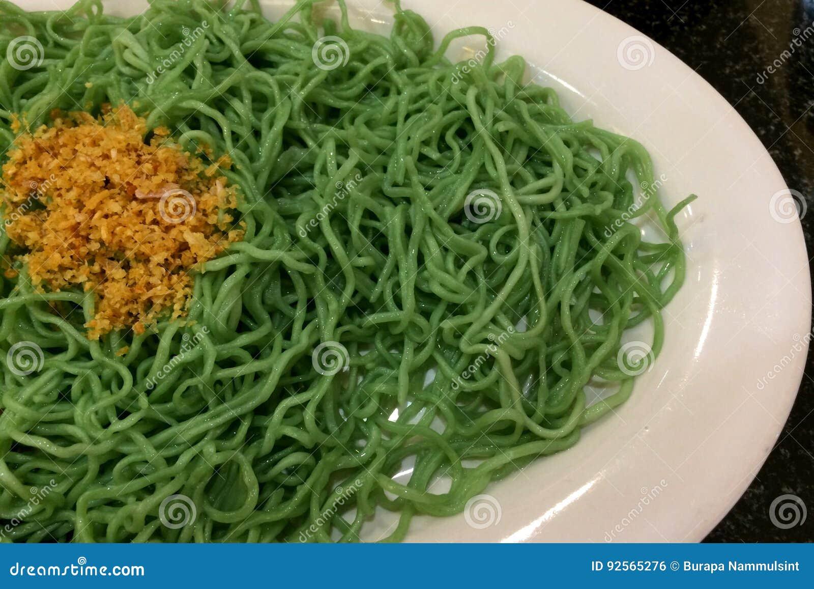 Tagliatella verde con aglio fritto
