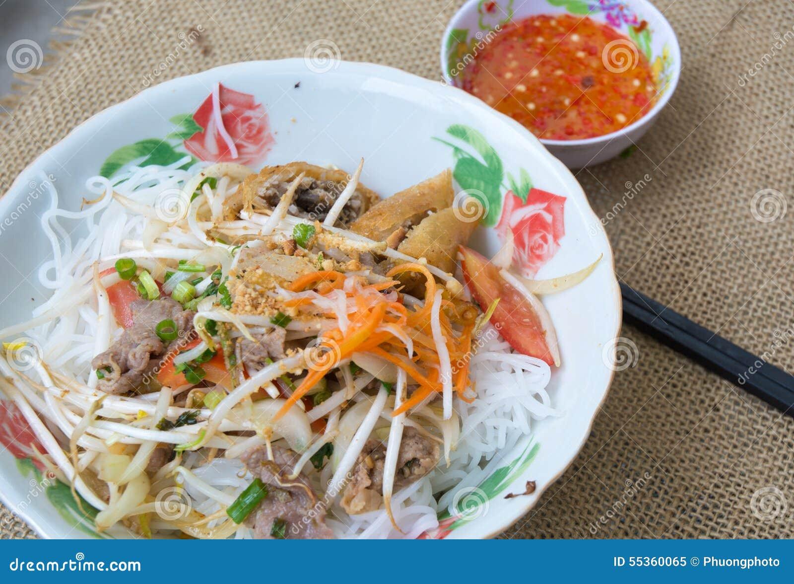 Tagliatella vietnamita con carne di maiale e la verdura