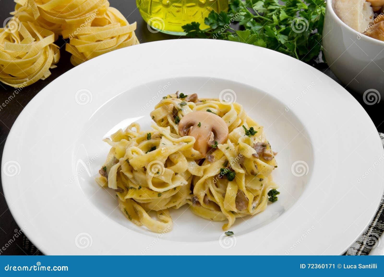 Tagliatelle和蘑菇与新鲜的成份