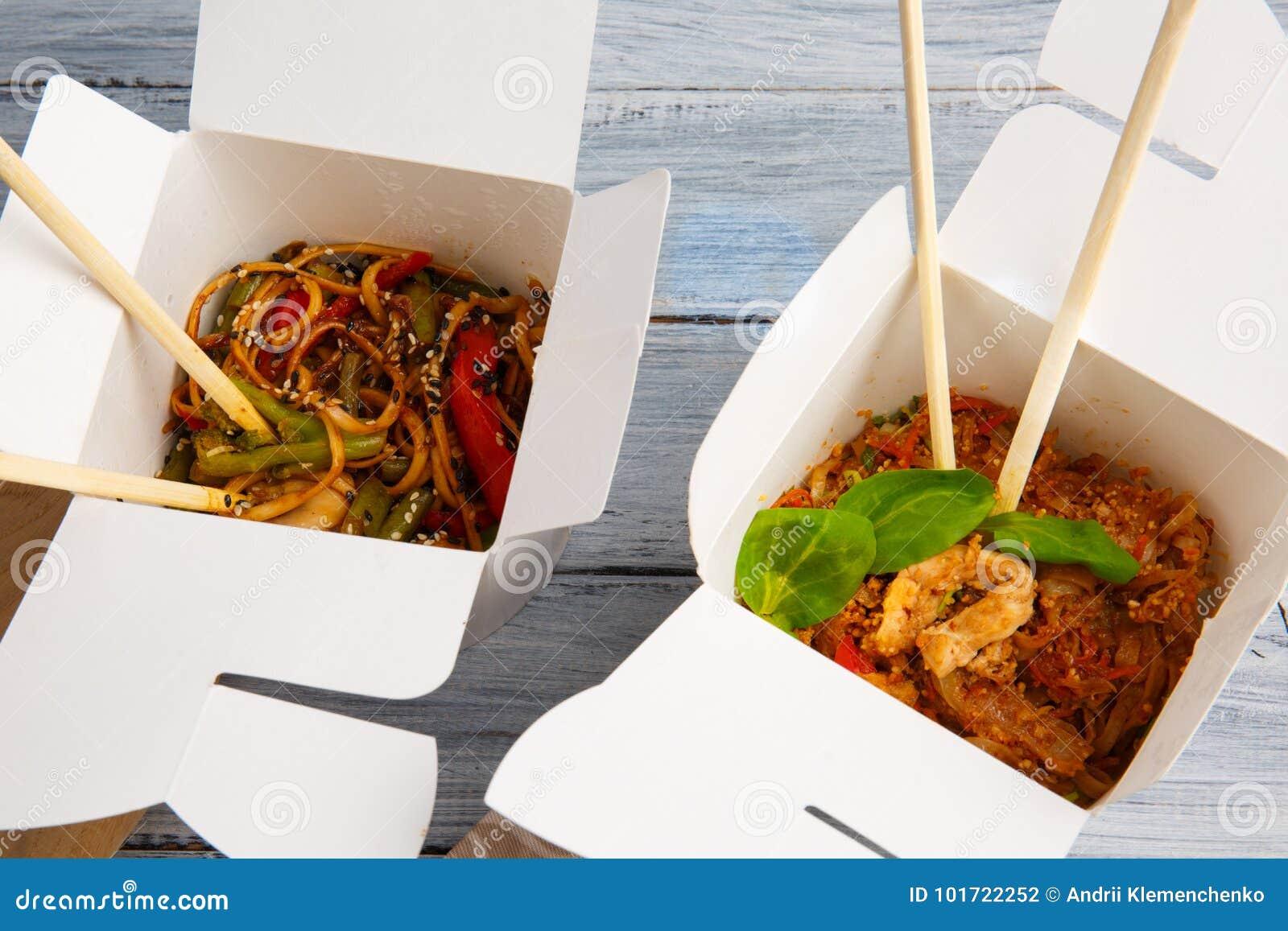 Tagliatelle con le verdure in una scatola per l esportazione su una tavola di legno