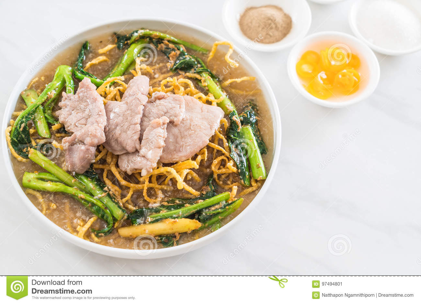 Tagliatelle croccanti dell uovo con i broccoli e la carne di maiale cinesi