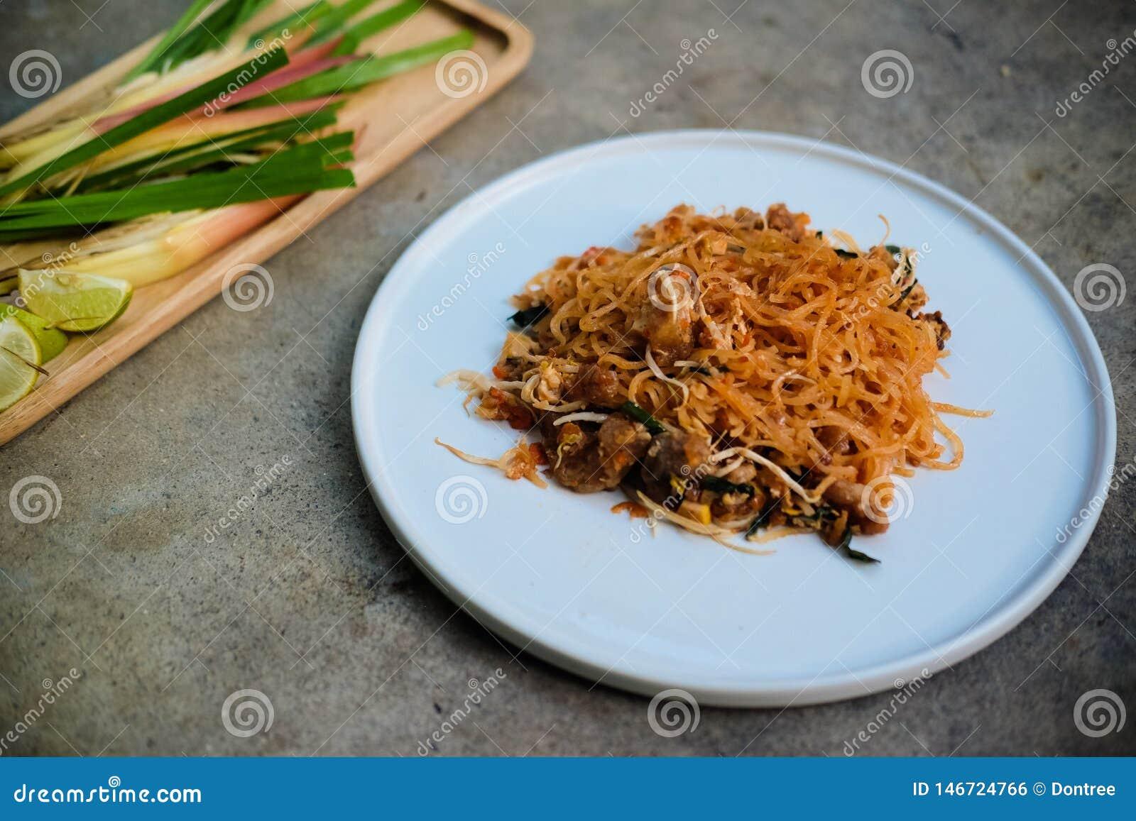 Tagliatelle di riso di stile tailandese in padella tailandese del cuscinetto piccole con carne di maiale