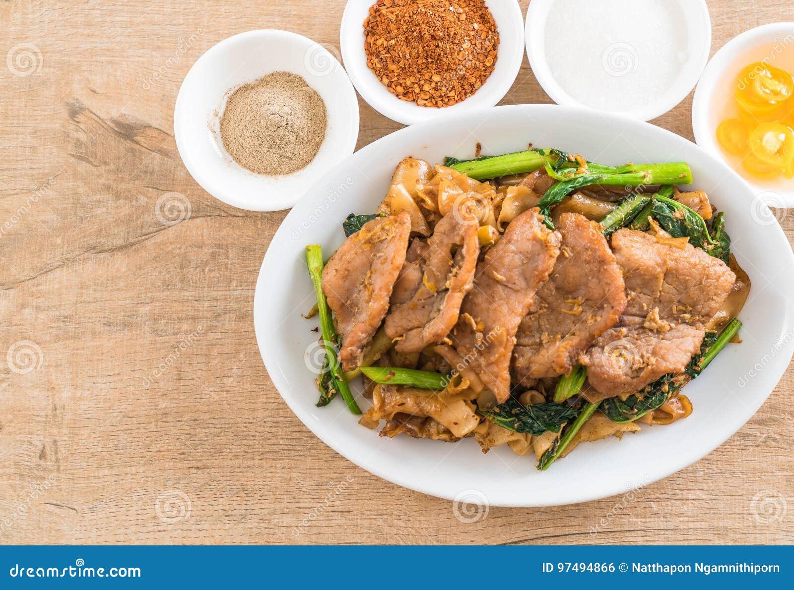 Tagliatelle fritte con la salsa e la carne di maiale di soia