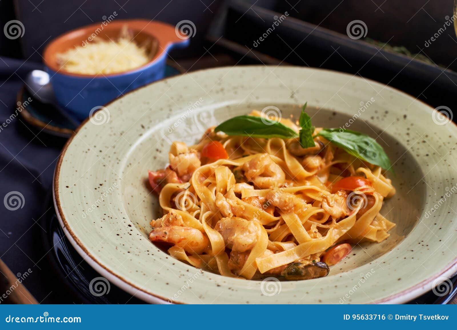 Tagliatelle med räkor och kryddor
