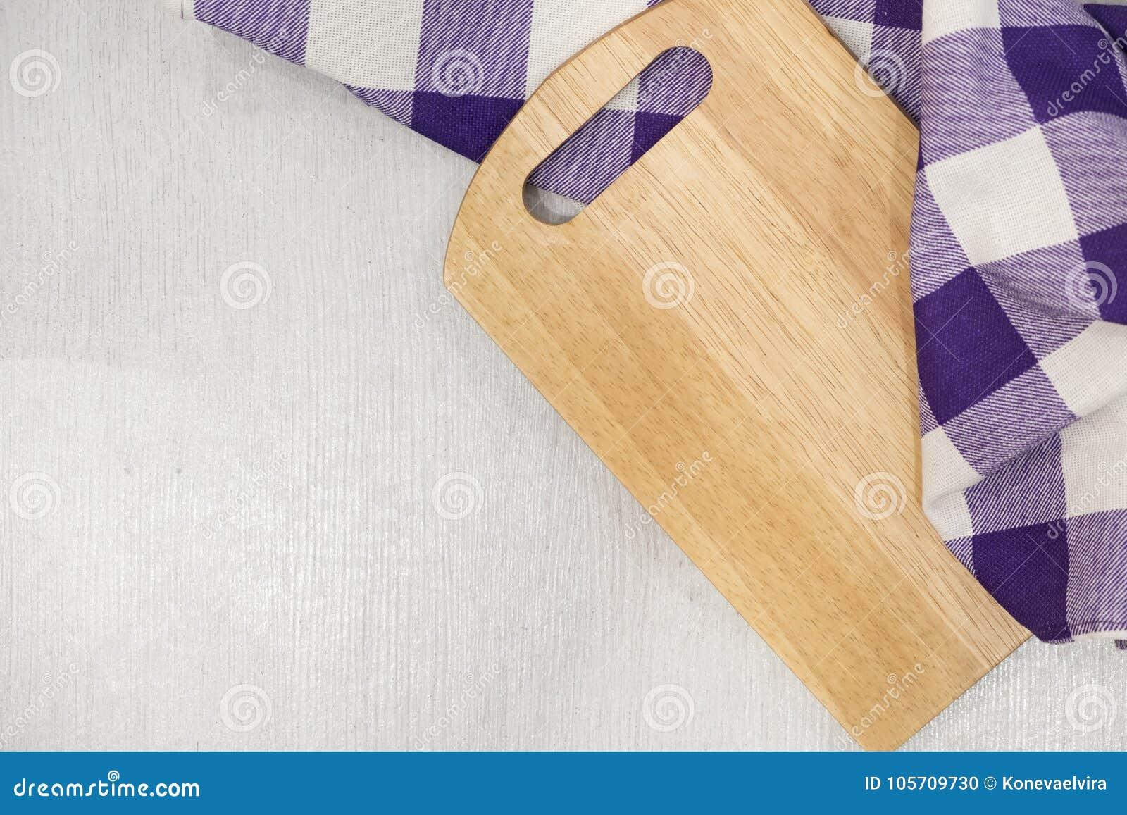 tagliere sopra l 39 asciugamano sul tavolo da cucina di legno. Black Bedroom Furniture Sets. Home Design Ideas