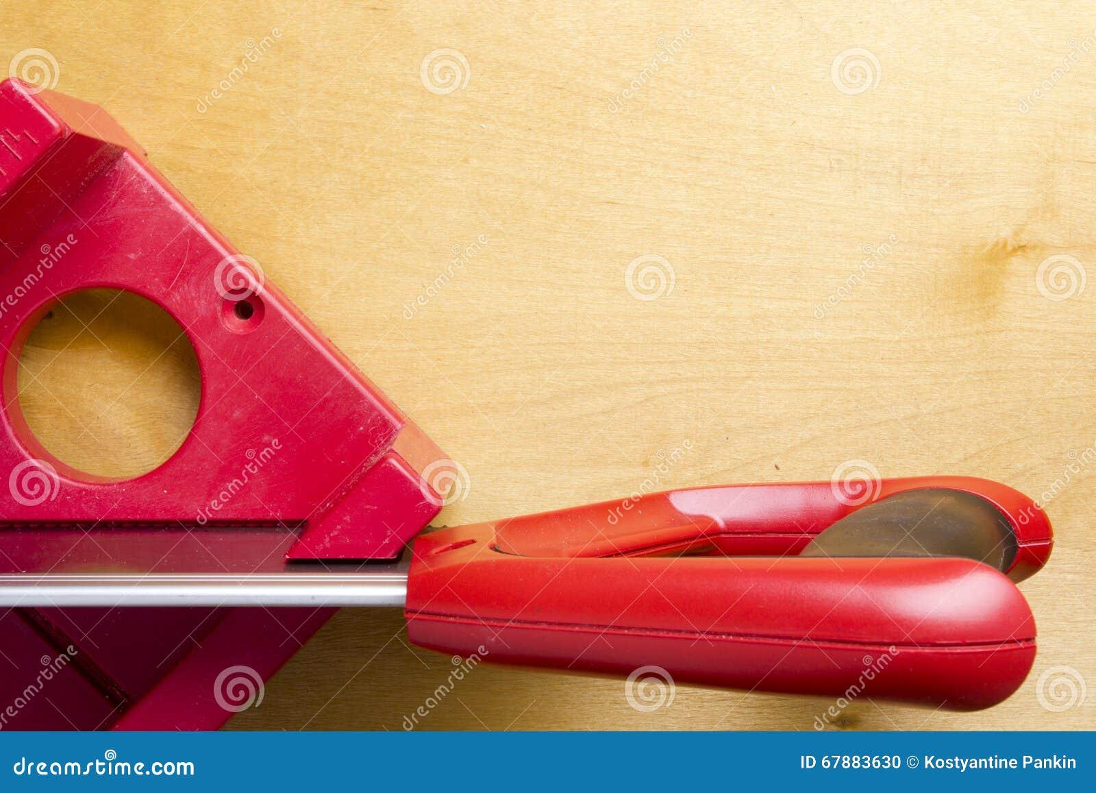 Taglieri che per mezzo del contenitore e della sega di mitra