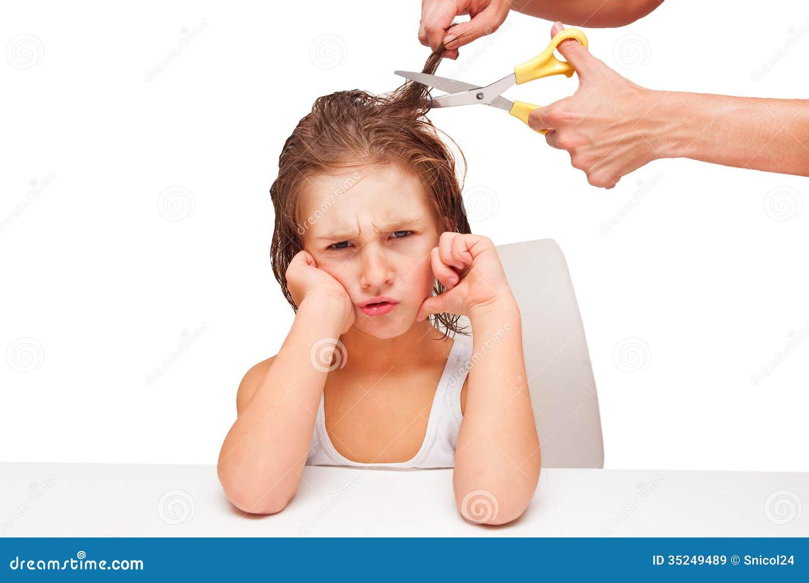 Taglio di capelli triste del ragazzo