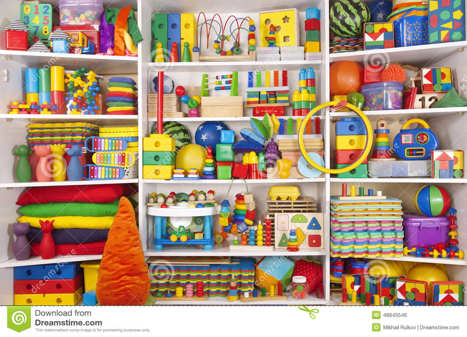 tag re avec des jouets photo stock image 48845546. Black Bedroom Furniture Sets. Home Design Ideas