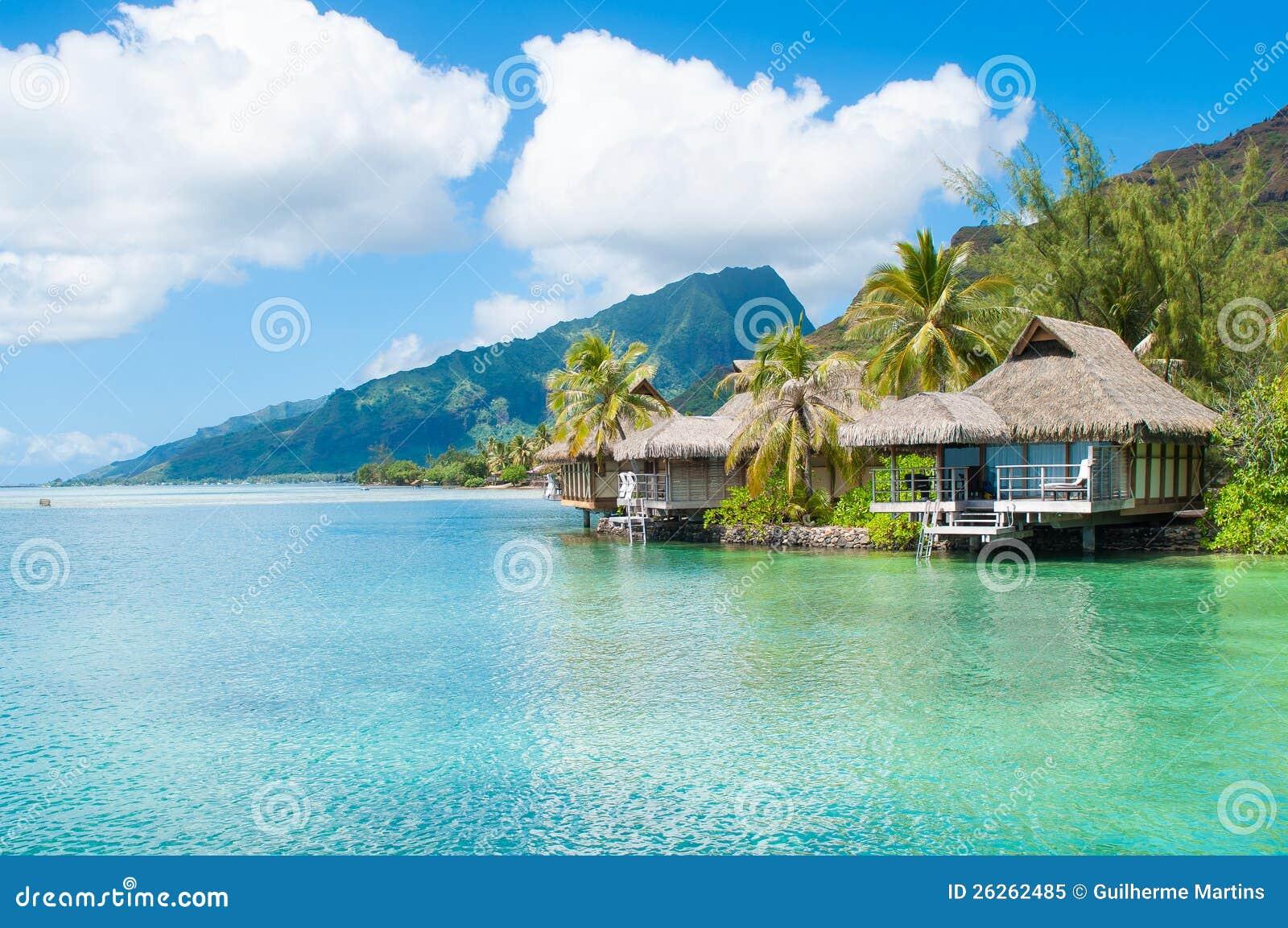 Tahiti bungalows stock image image of blue water for Chambre 13 tahiti plage