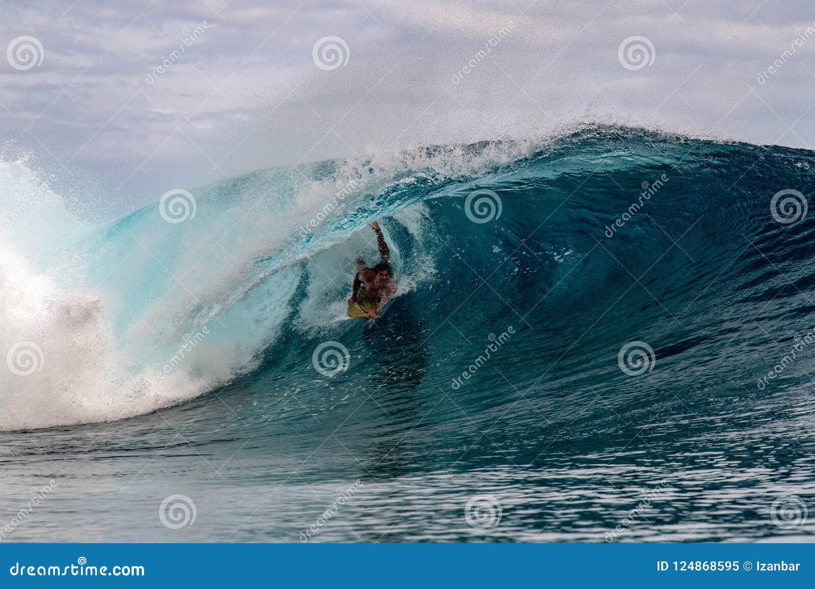 TAHITI, FRANZÖSISCH-POLYNESIEN - 5. August 2018 - Surfertraining Tage vor Wettbewerb Billabong Tahiti an Teahupoo-Riff
