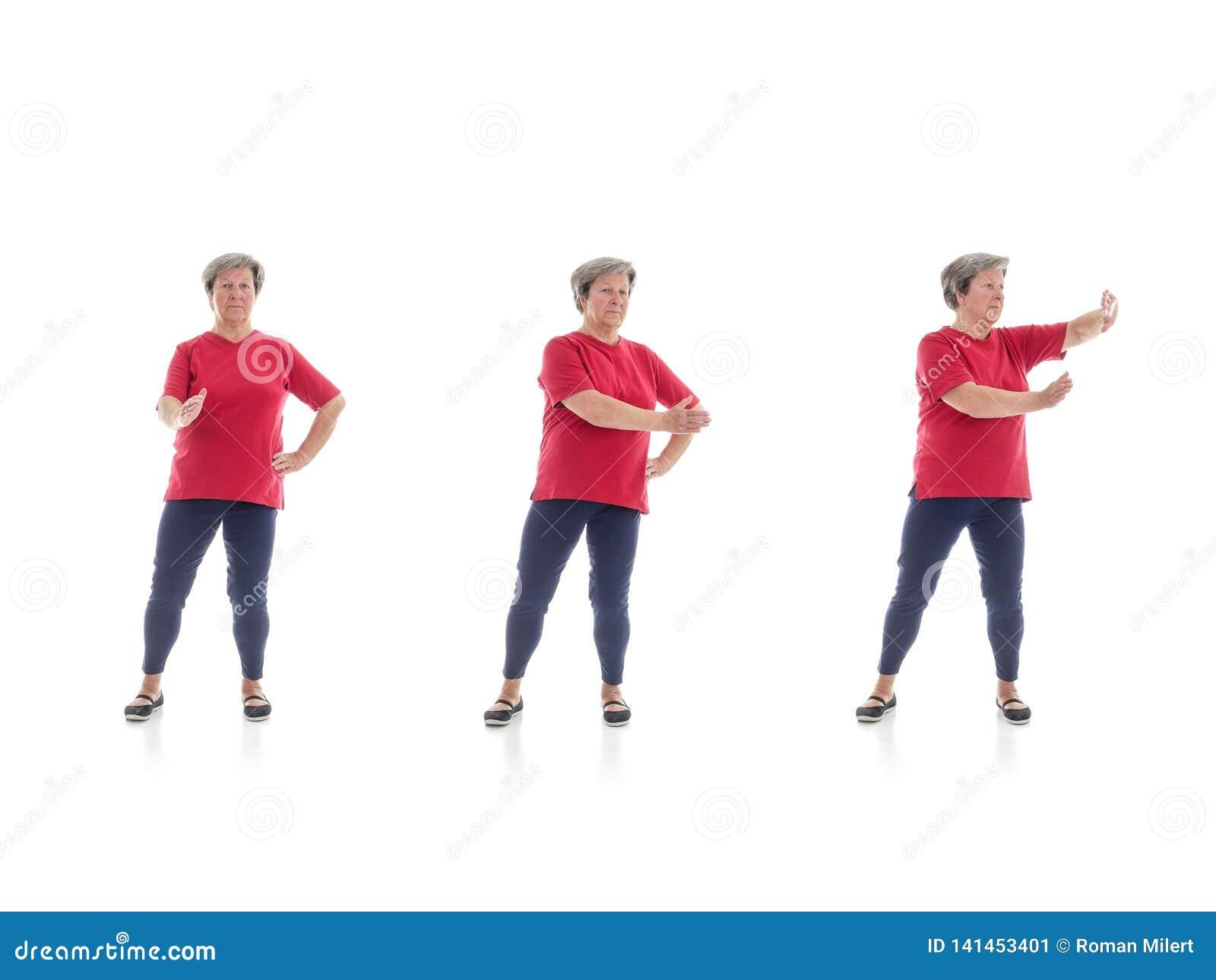 Tai chivormen door oudere vrouw worden uitgevoerd die