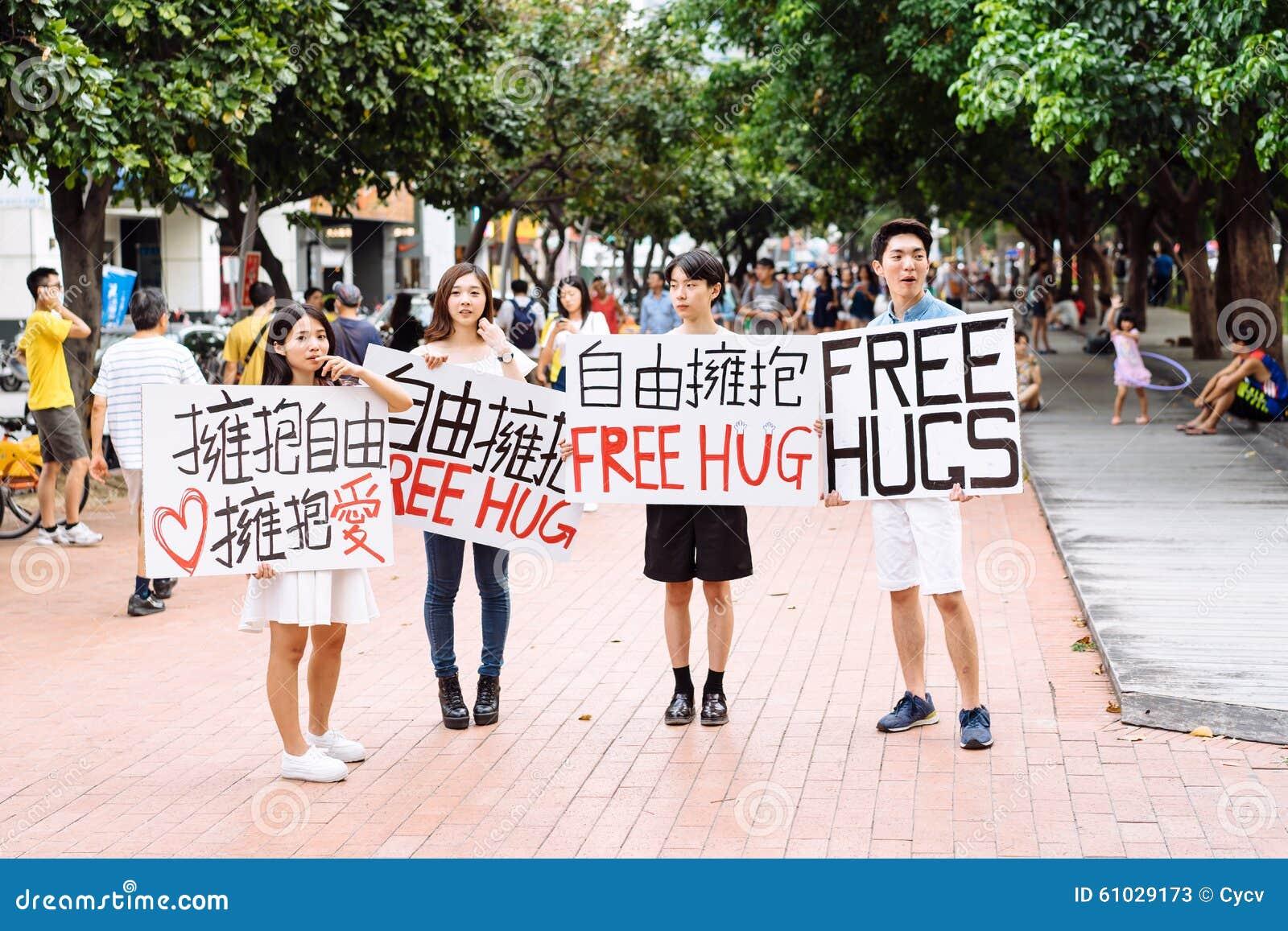 Taichung, Taiwan - 25. Juli 2015: Anbietende freie Umarmungen auf Stadtstraße