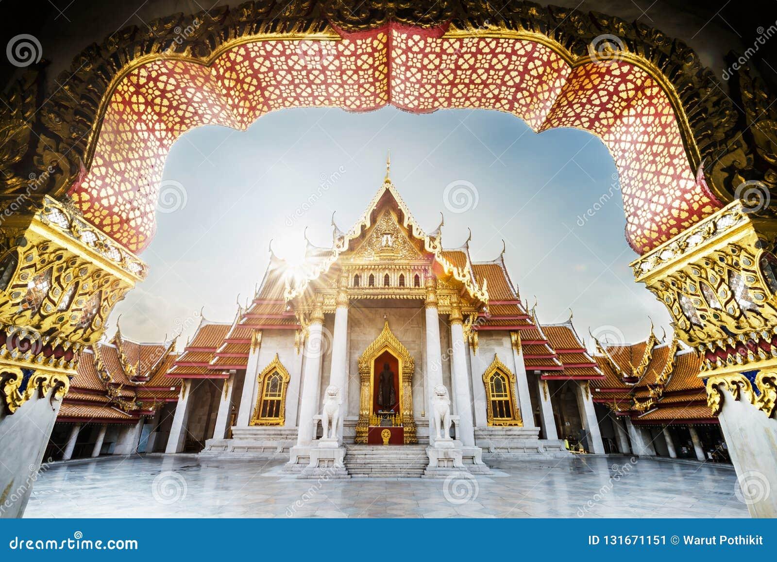 Tailândia despercebida, nascer do sol em Wat Benchamabophit Dusitvanaram, templo de mármore real antigo de buddha, o lugar públic