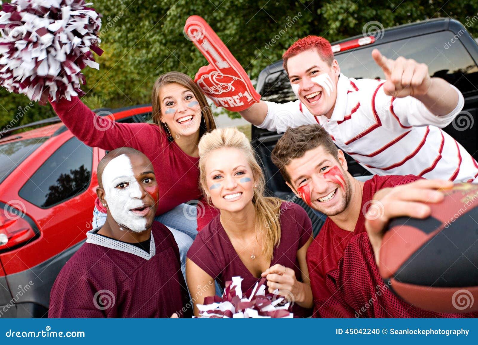 Tailgating: Gruppo di studenti di college eccitati per la partita di football americano