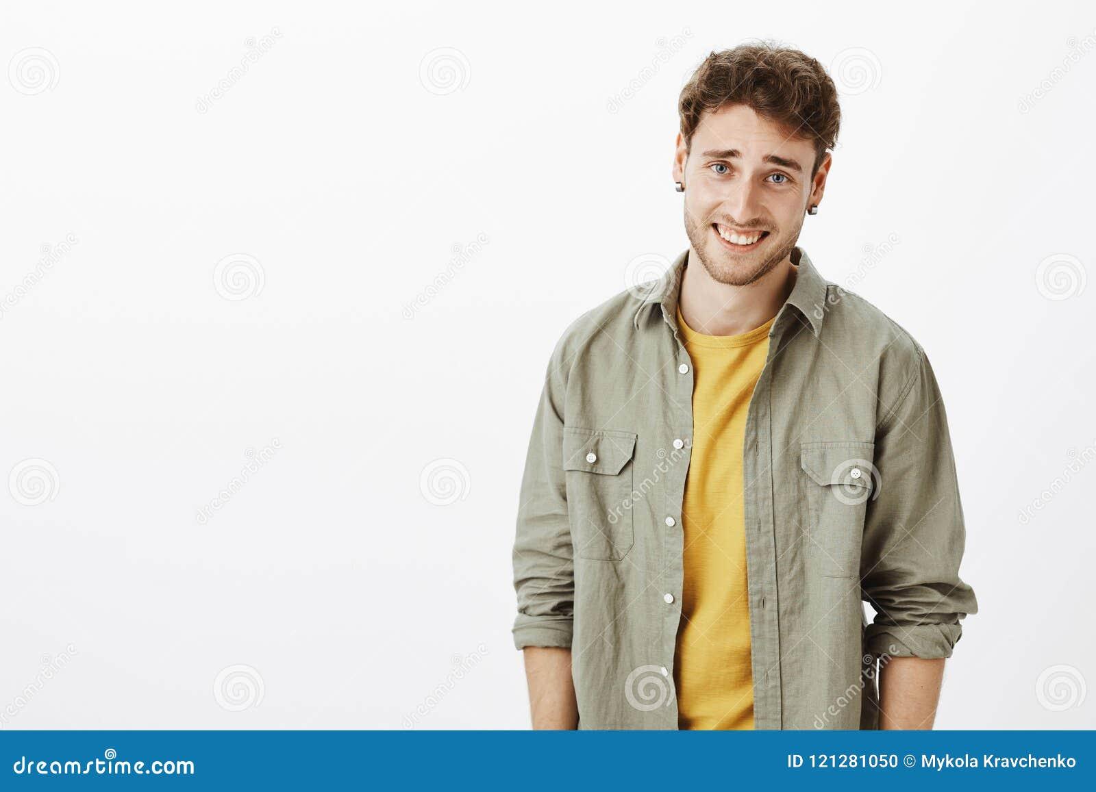Taille-op schot die van arrogant knap en zelf-verzekerd krullend-haired mannetje met varkenshaar, en wensminachting lachen bekijk