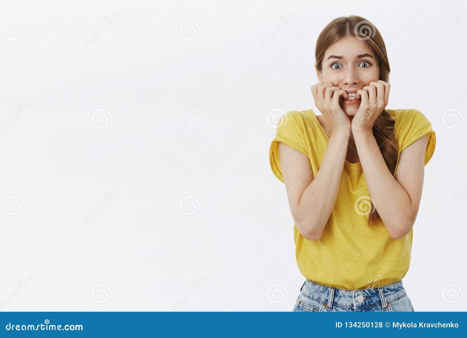 Taille-op schot van meisje over paniek maakte het gevoel en betrof het bijten vingers van bezorgdheid en zorg knallende ogen bij