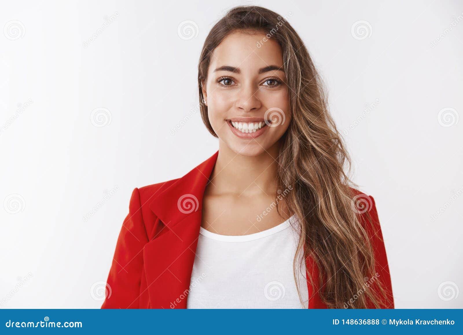 Taille-op succesvol gelukkig aantrekkelijk Europees wijfje die rood jasje dragen die witte tanden glimlachen die positief, het vo