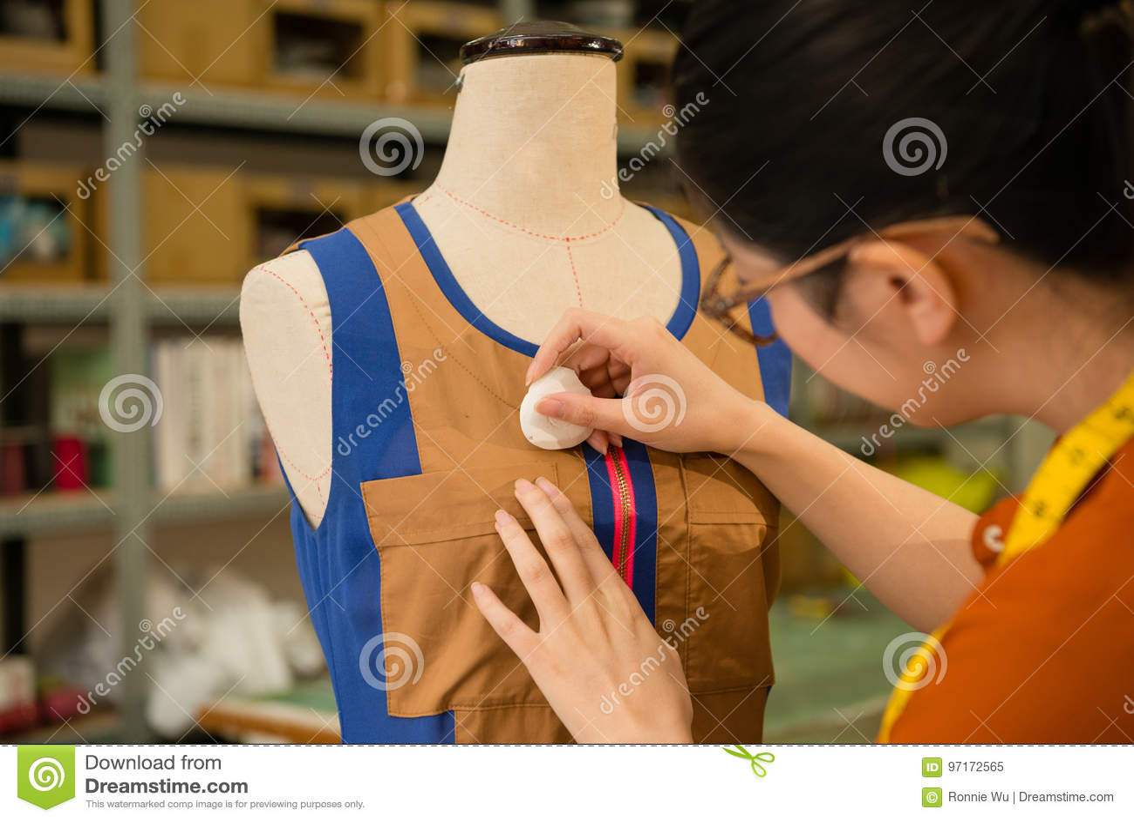 Tailleur féminin de conception d habillement travaillant dans le simulacre