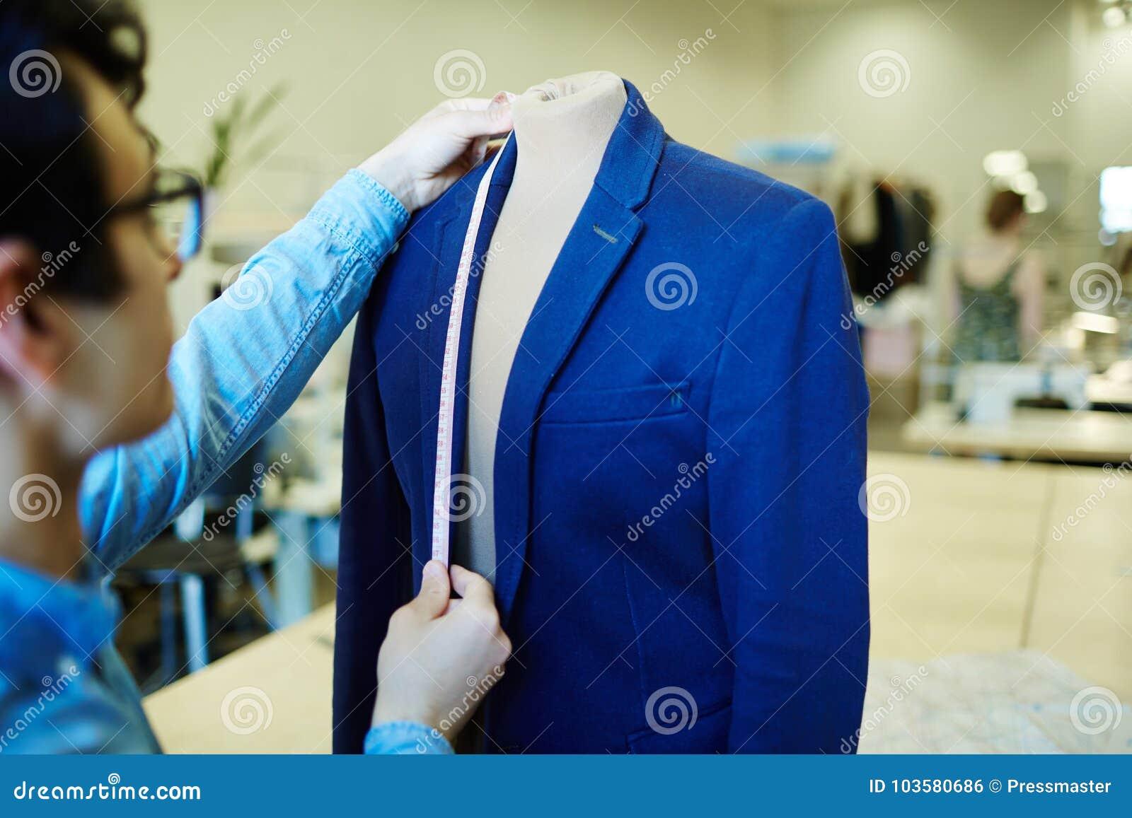 Tailleur travaillant