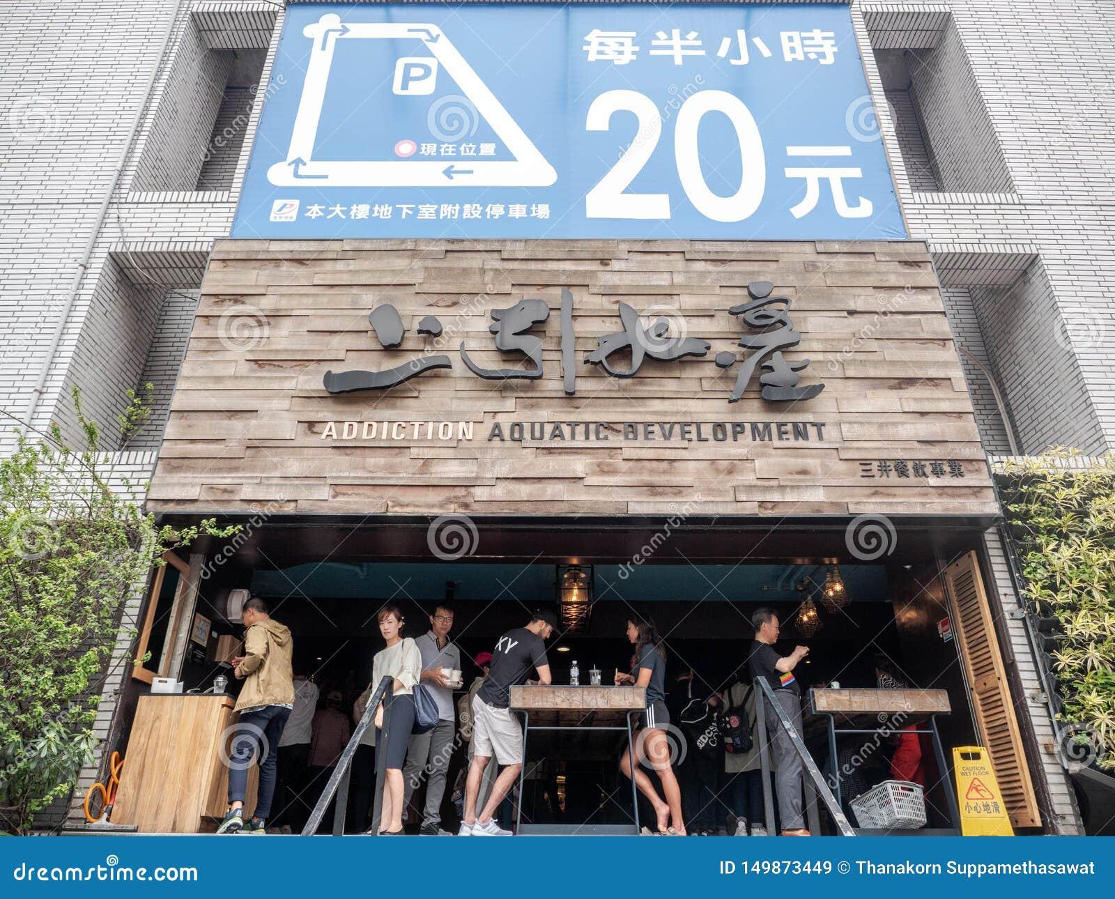 Taipei Taiwan - Maj 13, 2019: Förutom vatten- utveckling för böjelse i Taipei, Taiwan Sushi och Sashimi för japansk stil ny