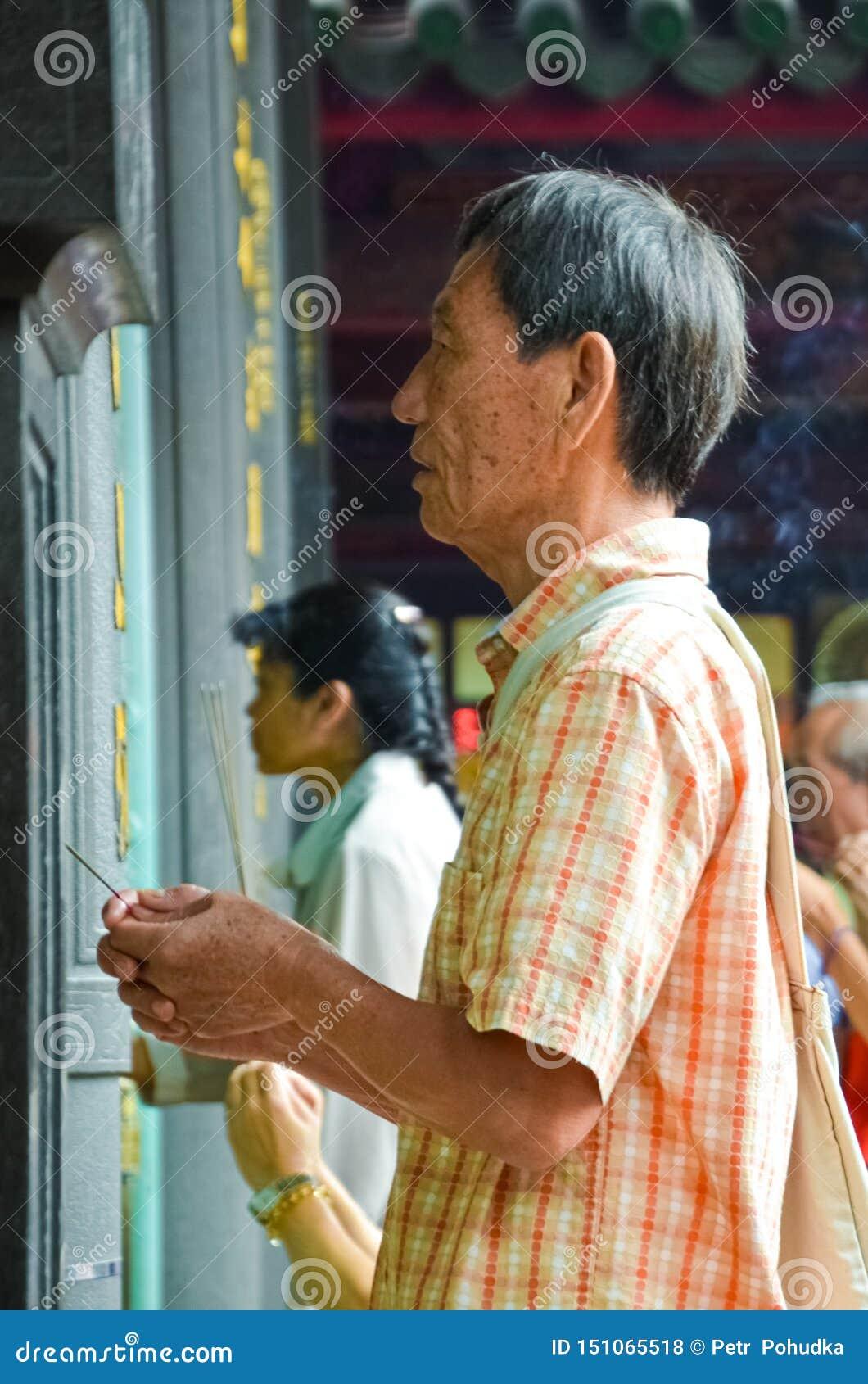 Taipei Tajwan, Maj 13th 2017 -: Stary Azjatycki mężczyzna z modlitwą wtyka modlenie w Longshan świątyni Obrząd religijna, religia