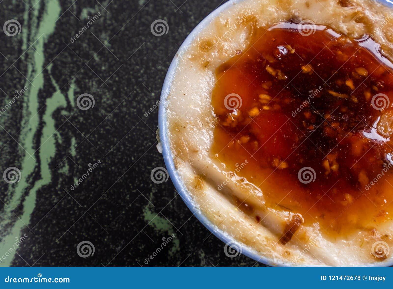 Taiwan-` s unterscheidende berühmte Snäcke: Wohlschmeckendes Reispudding Wa GUI in einer weißen Schüssel auf Steintabelle, Taiwan