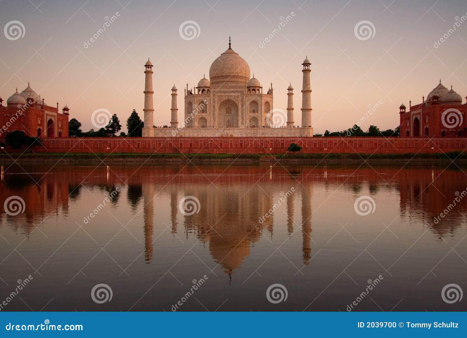 Taj Mahal die in rivier wordt weerspiegeld
