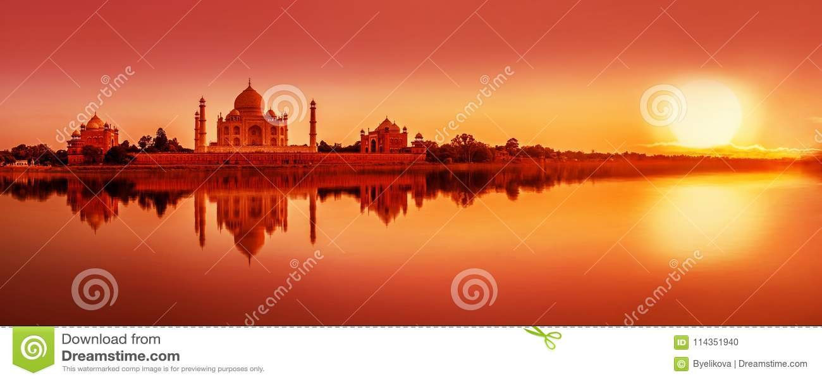 Taj Mahal durante puesta del sol en Agra, la India