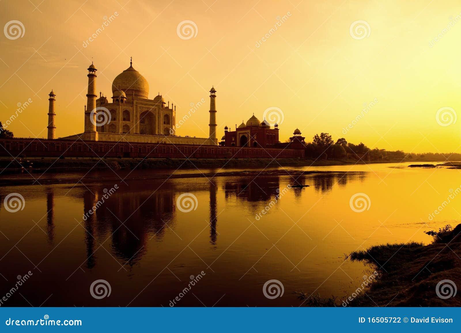 Taj Mahal en la puesta del sol.