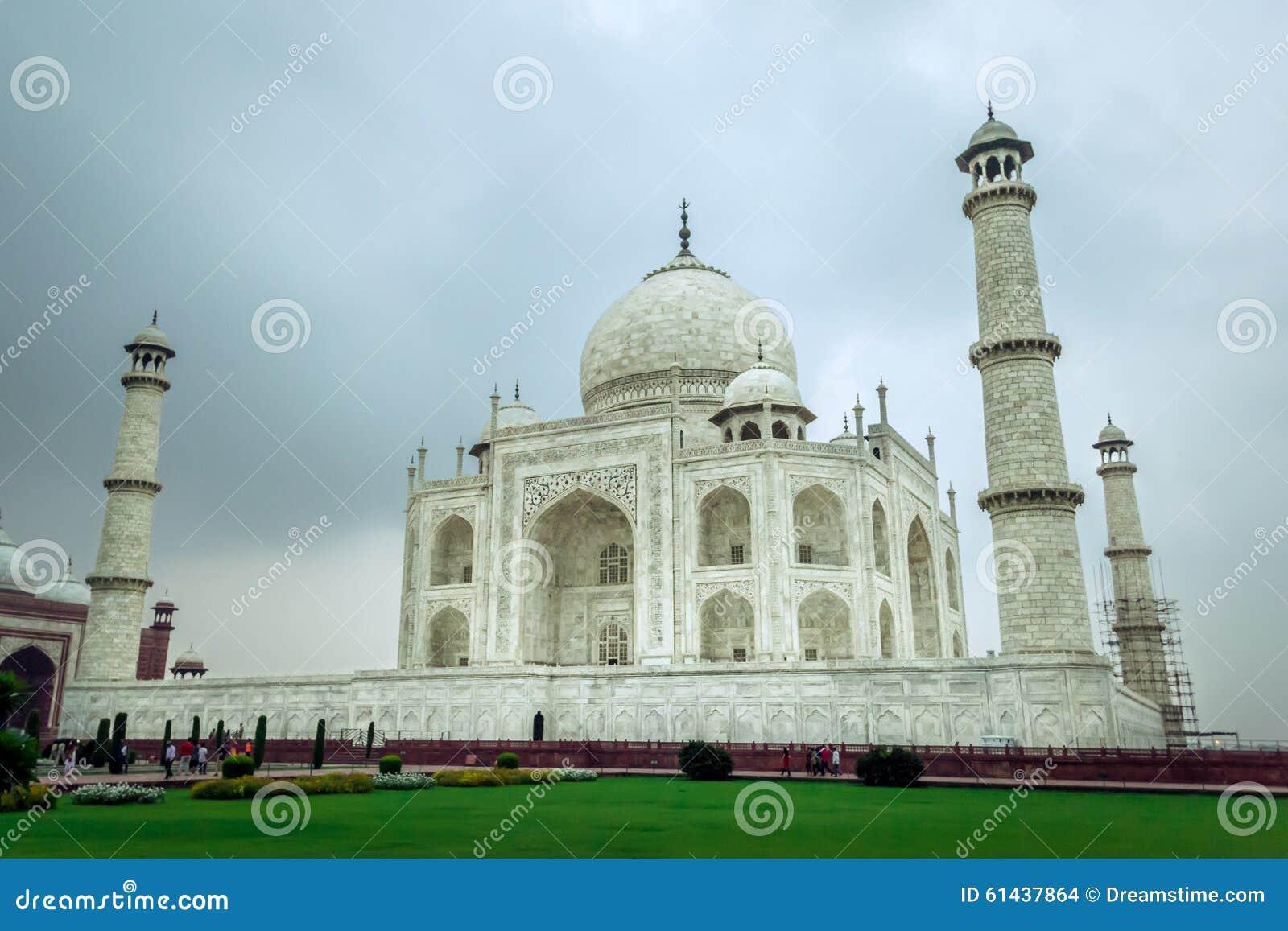Taj Mahal nella sera coperta in nuvole