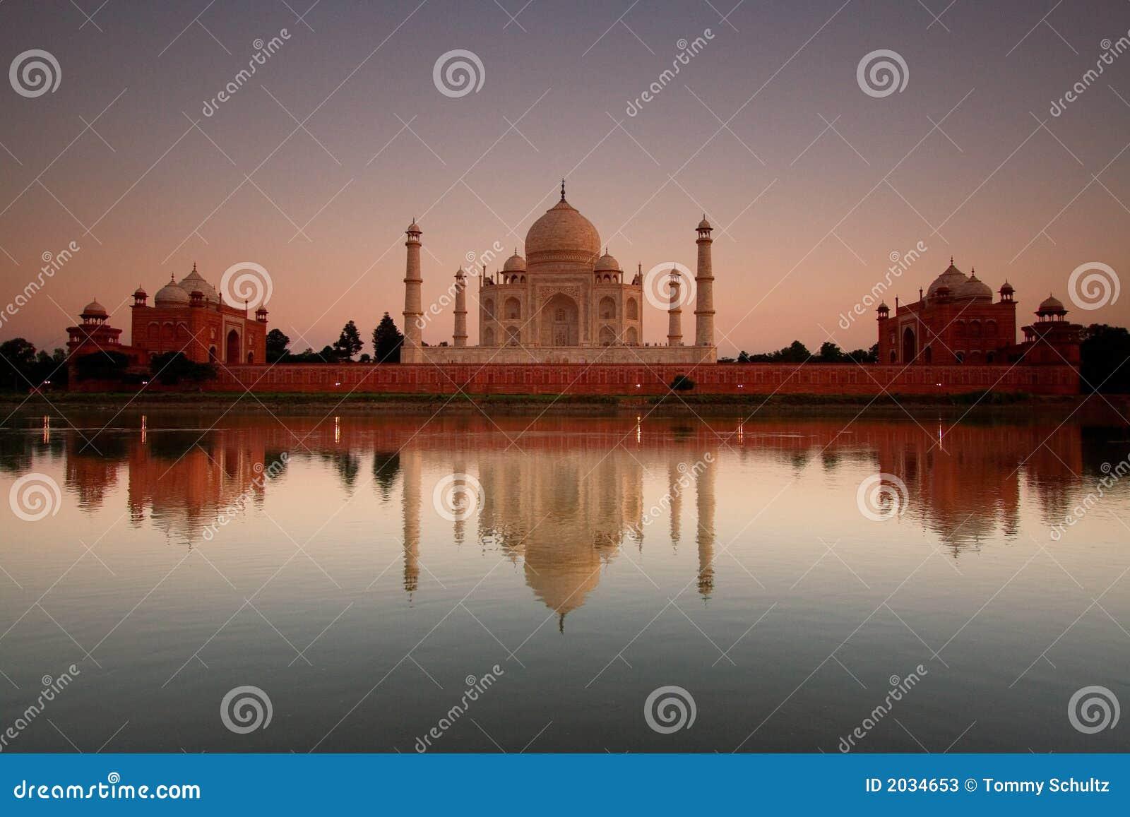 Taj Mahal reflété dans le fleuve