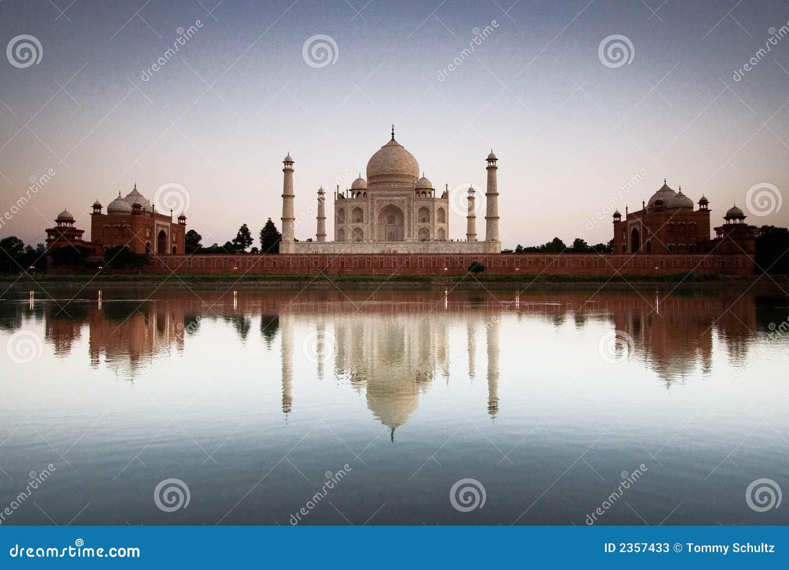 Taj Mahal reflété dans le fleuve a