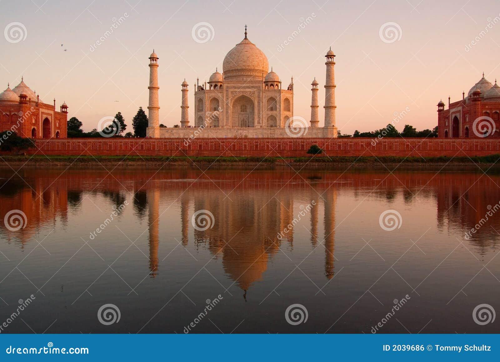 Taj Mahal reflejado en el río