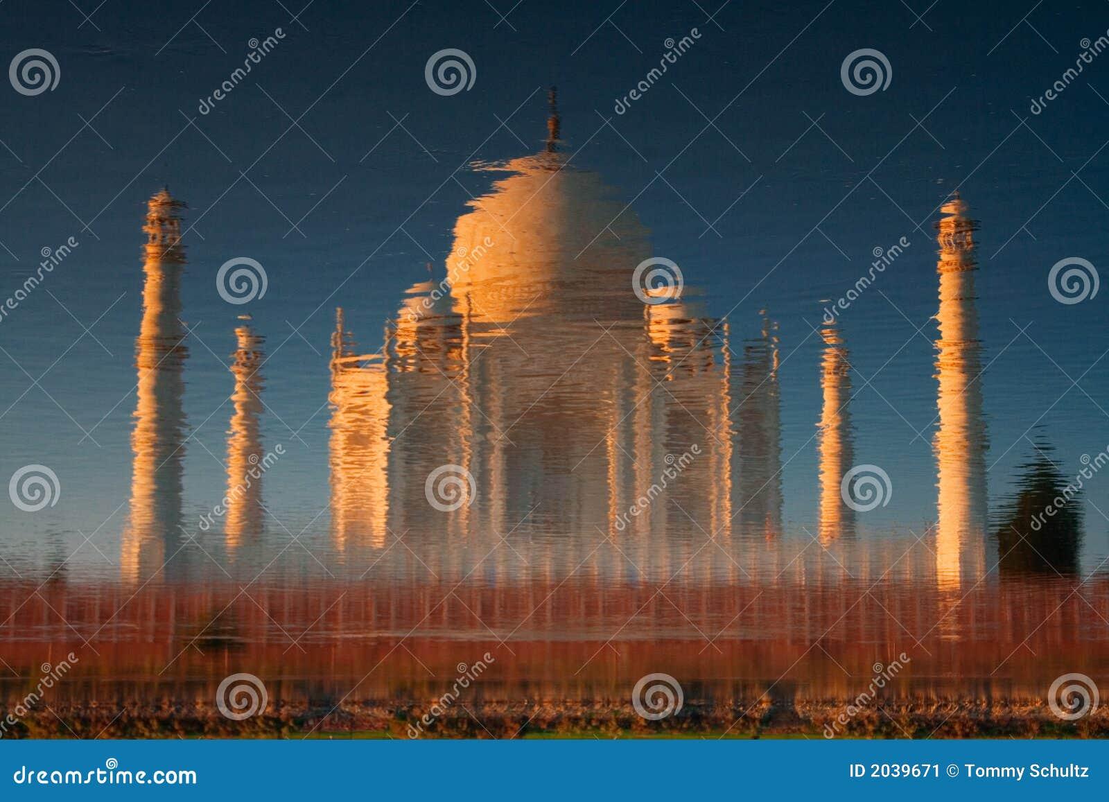 Taj Mahal refletido no rio