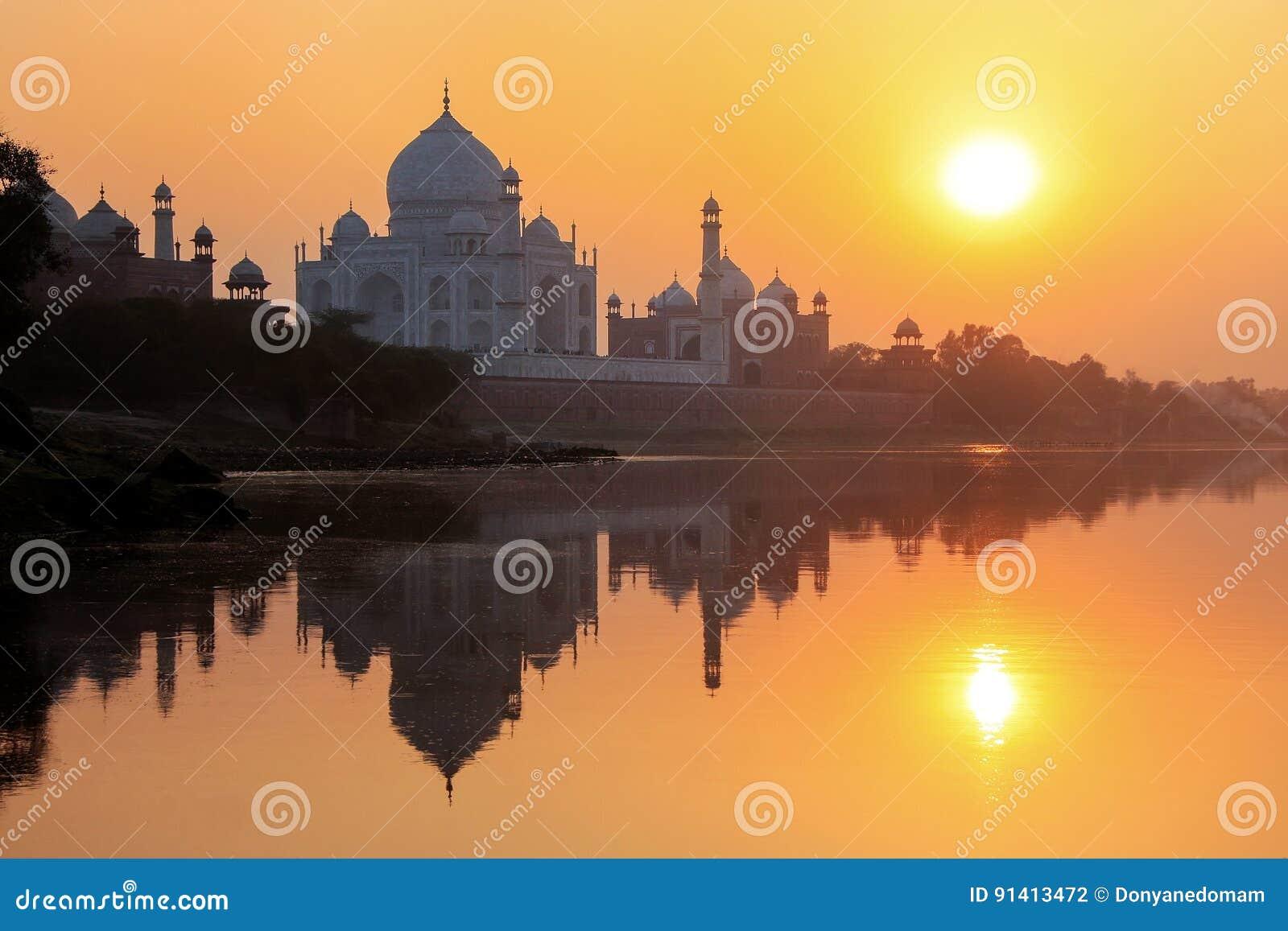 Taj Mahal s est reflété en rivière de Yamuna au coucher du soleil à Âgrâ, Inde