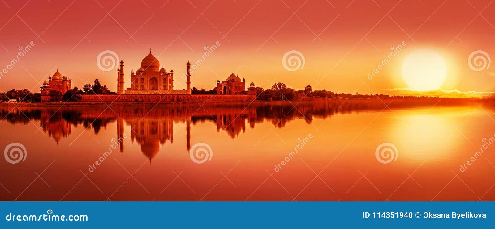 Taj Mahal tijdens zonsondergang in Agra, India