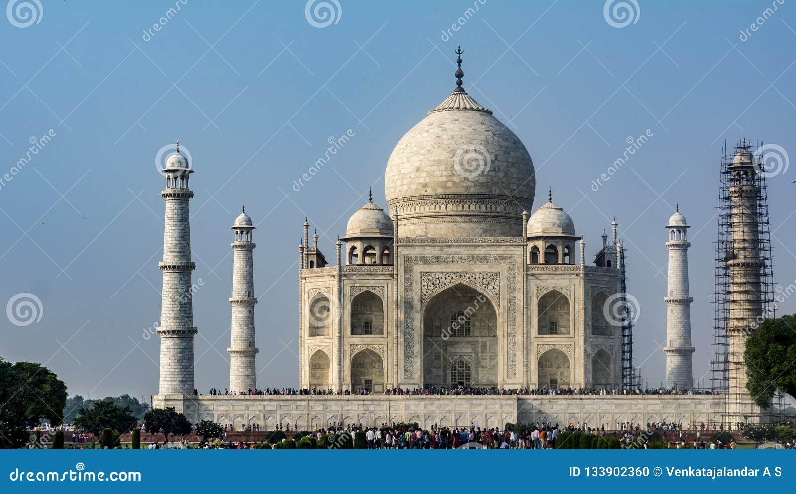 Taj Mahal z jeden filarem pod maintanance