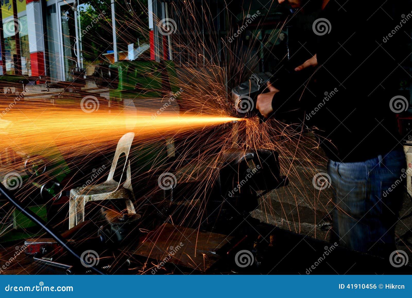 Tajar al trabajador del metal en la fábrica