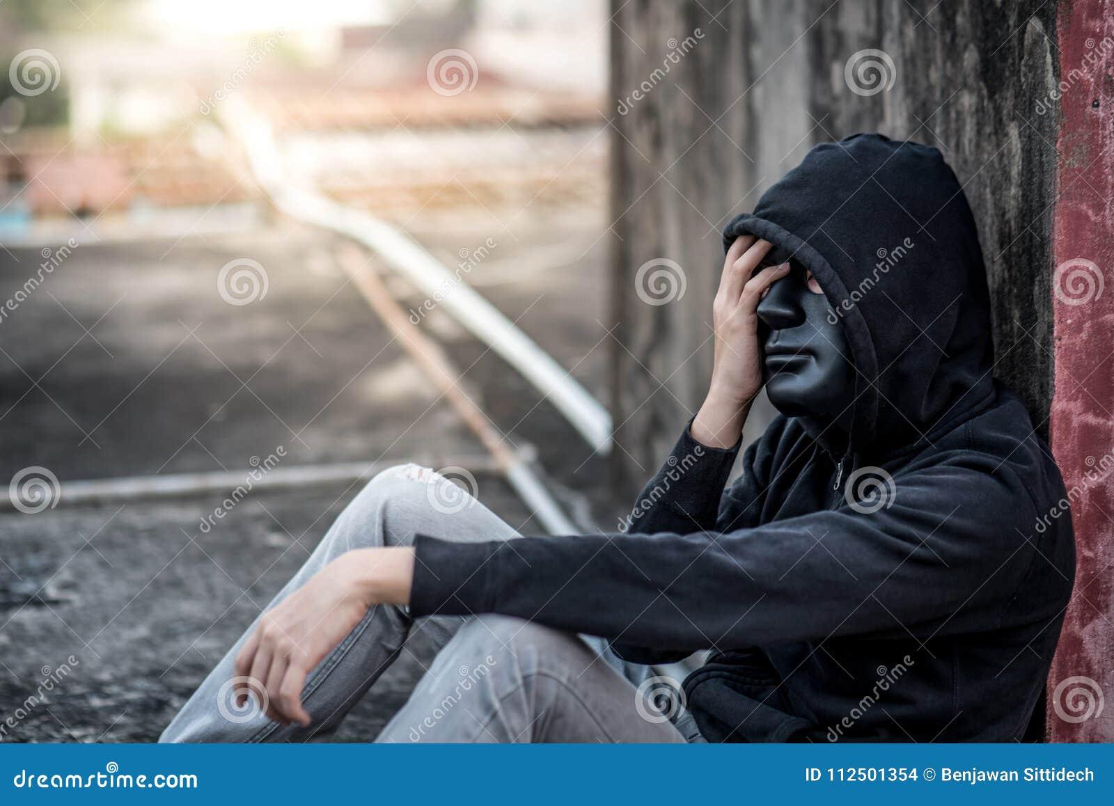 Tajemnica mężczyzna z czerni maski uczuciem stresował się obsiadanie w abandone