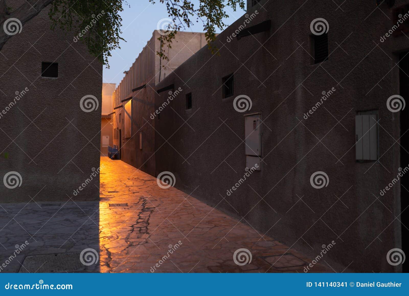 Tajemnicza ulica przy półmrokiem, Dubaj