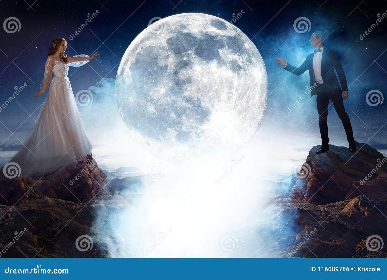 Tajemniczy i romantyczny spotkanie, państwo młodzi pod księżyc Mężczyzna i kobieta ciągnie each s ` inne ręki Mieszani środki
