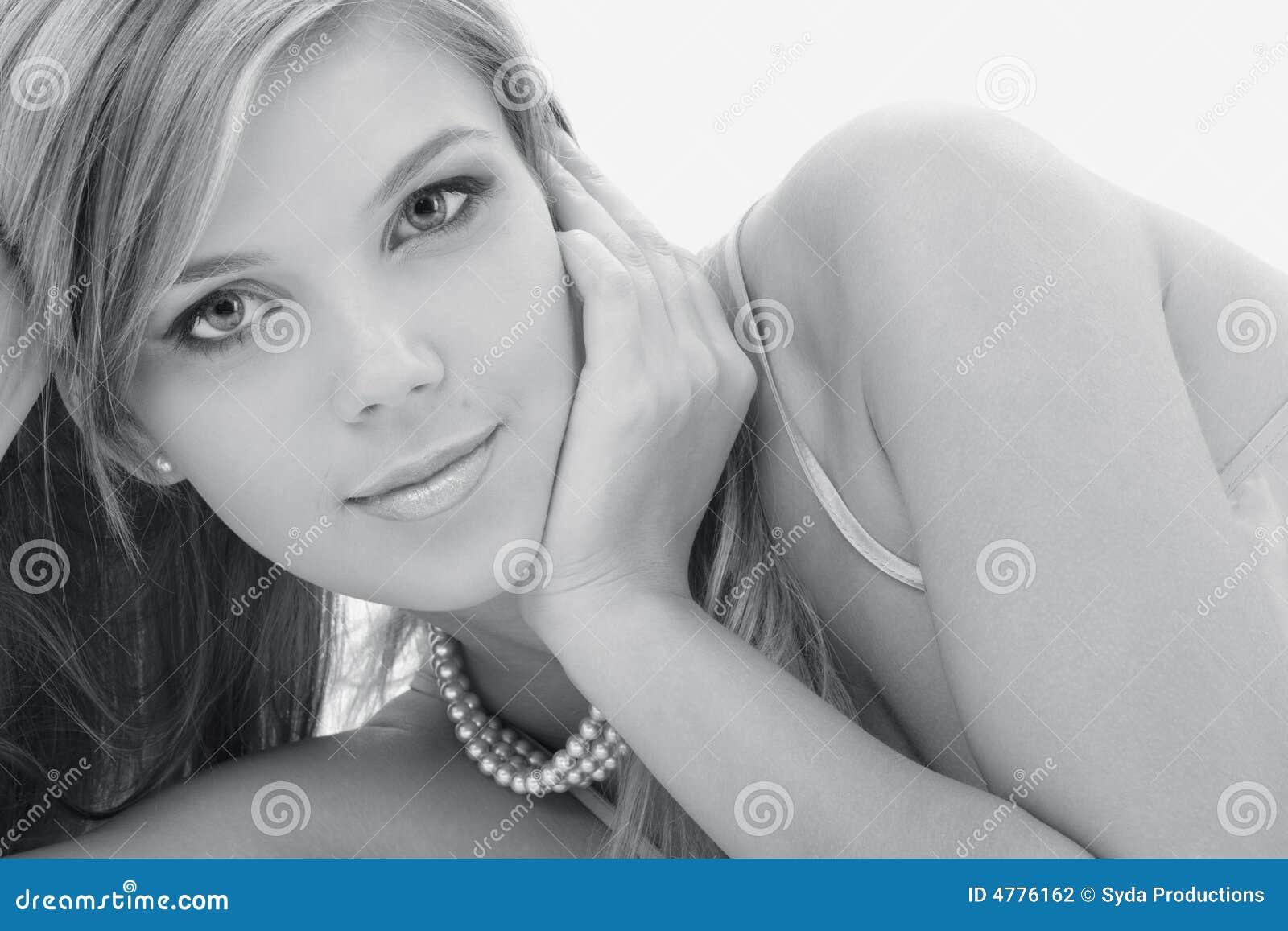 Tajemniczy monochromatyczny blondynek perełek zdjęcie