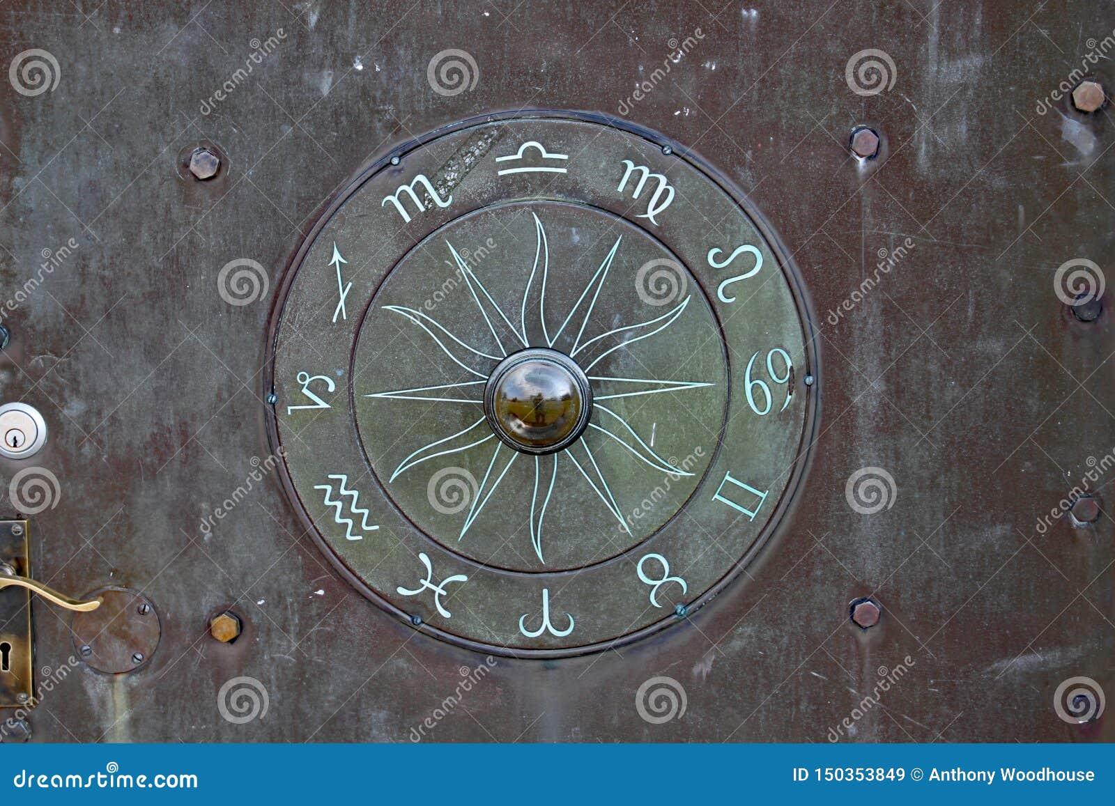 Tajemniczy rune lubi symbol na drzwi przy Anglonormańskim Lockyer obserwatorium blisko Sidmouth Devon