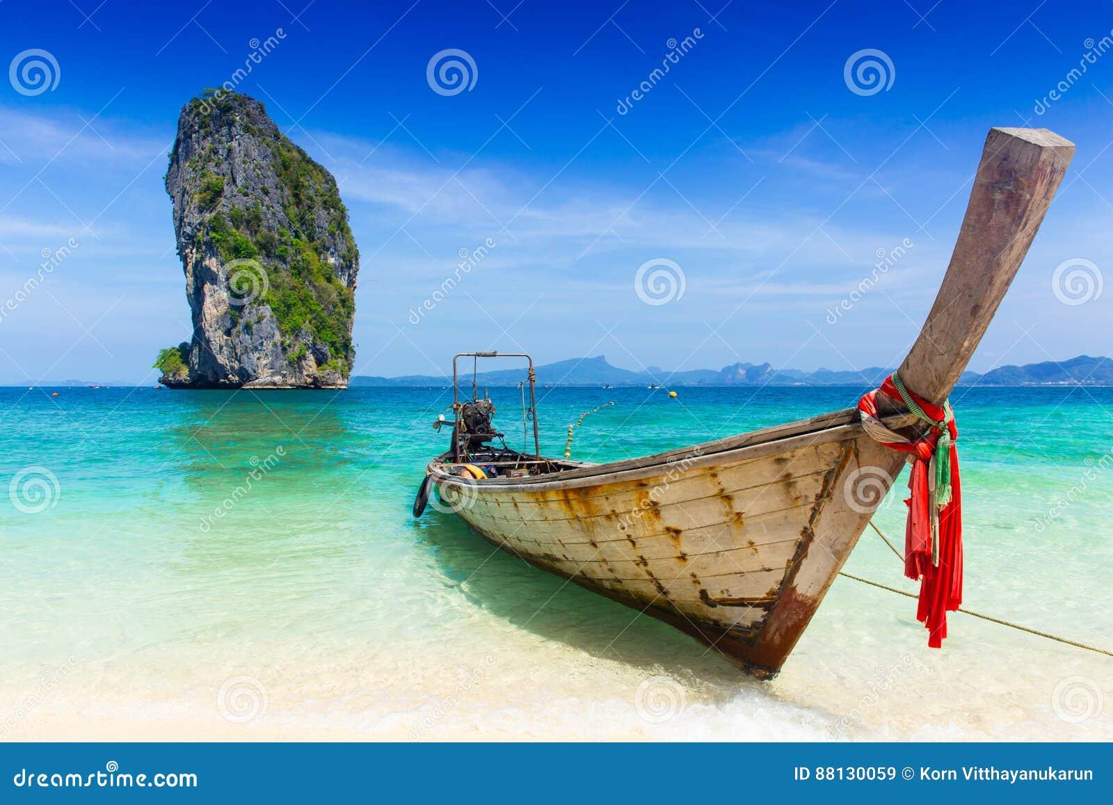 Tajlandia lata podróży morze, Tajlandzka stara drewniana łódź przy morze plaży Krabi Phi Phi wyspą Phuket